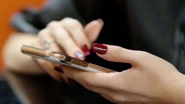 網紅或真人秀明星幾乎每天都收到這樣的短信內容。(圖/BBC News)