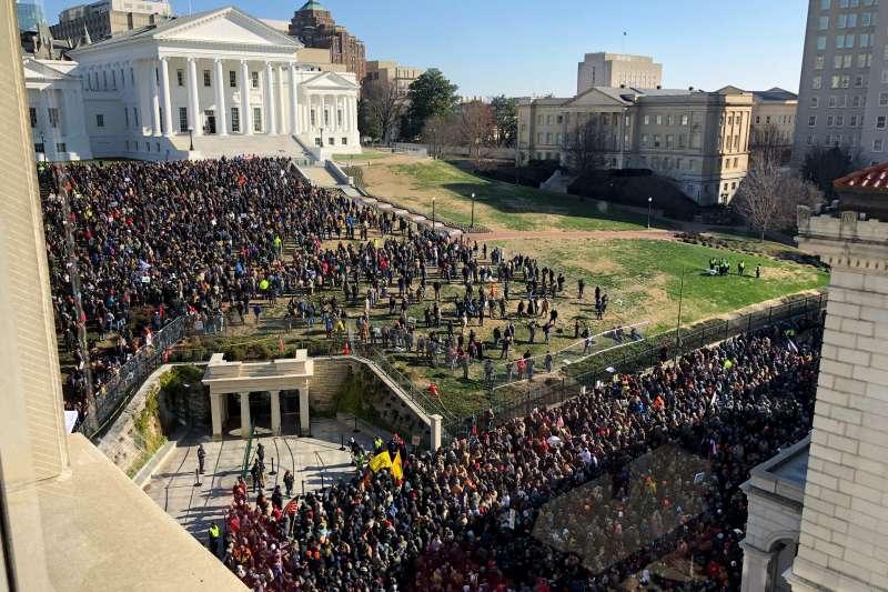 2020年1月20日,上萬名美國擁槍人士在維吉尼亞州舉行集會,抗議當地政府提出槍枝嚴控法案(AP)