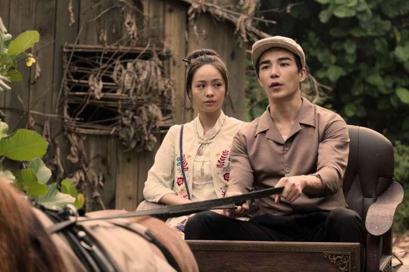加拿大華裔演員林路迪(右)在劇中化身海外留學歸國的白袍醫師林天白(圖/Netflix Asia)