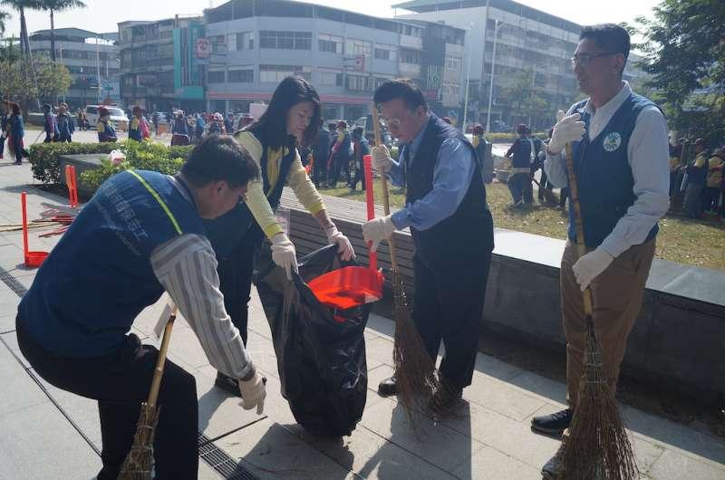 代理局長吳家安帶領志工清掃環境。(圖/徐炳文攝)