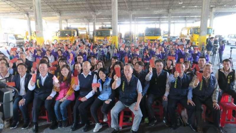 高雄市長韓國瑜前往鳳山區清潔隊停車場慰問終年辛勞的清潔隊員。(圖/徐炳文攝)