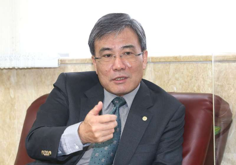 桃女監典獄長蔡永生是陪伴犬計畫的幕後推手,他希望制度可以永續傳承下去。(柯承惠攝)