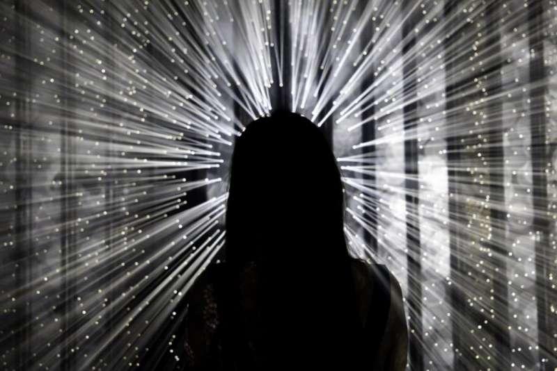 05日本藝術家千田泰廣的〈崩世光景〉(Brocken)帶來神秘的光影效果,就像蜂炮一樣由四面八發而來,相當壯觀。(圖/城市美學新態度)
