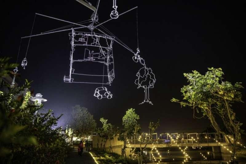 06荷蘭藝術家Ralf Westerhof〈光繪生活〉(Drawn in Light),將生活中常見的街景,猶如黑暗中繪圖,透過光影線條呈現令人驚奇的趣味性。(圖/城市美學新態度)