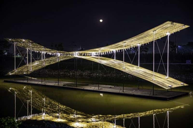 08禹禹藝術工作室在水面上創造一個具飄浮感、長達24米的視覺裝置〈光際,之間〉,以微小的光隙,回味舊時月港的繁華。(圖/城市美學新態度)