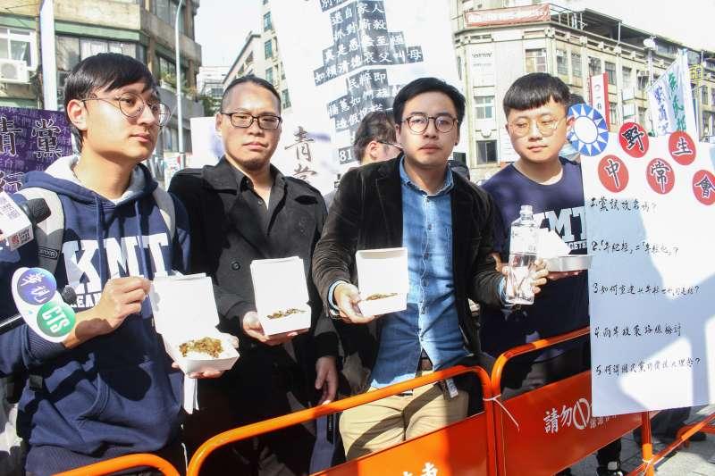 20200122-國民黨青年舉辦「青黨行動第二彈:野生中常會」活動,並以滷肉飯加礦泉水宣示活動主題。(蔡親傑攝)