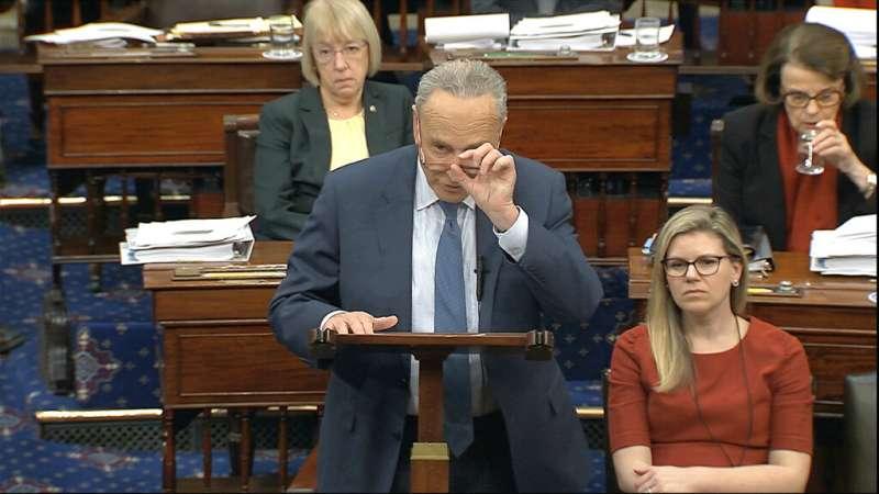 美國總統川普解職大審21日展開,參議院民主黨領袖舒默發言畫面。(AP)