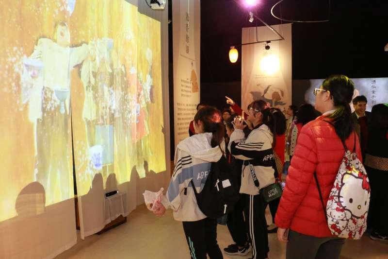 學生們在運用影像式體感辨識技術打造互動式啤酒瀑布前玩的很開心。(圖/李梅瑛攝)
