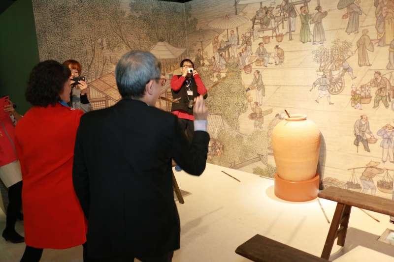 賓客爭相比賽古代投壺體驗看誰的準度佳。(圖/李梅瑛攝)