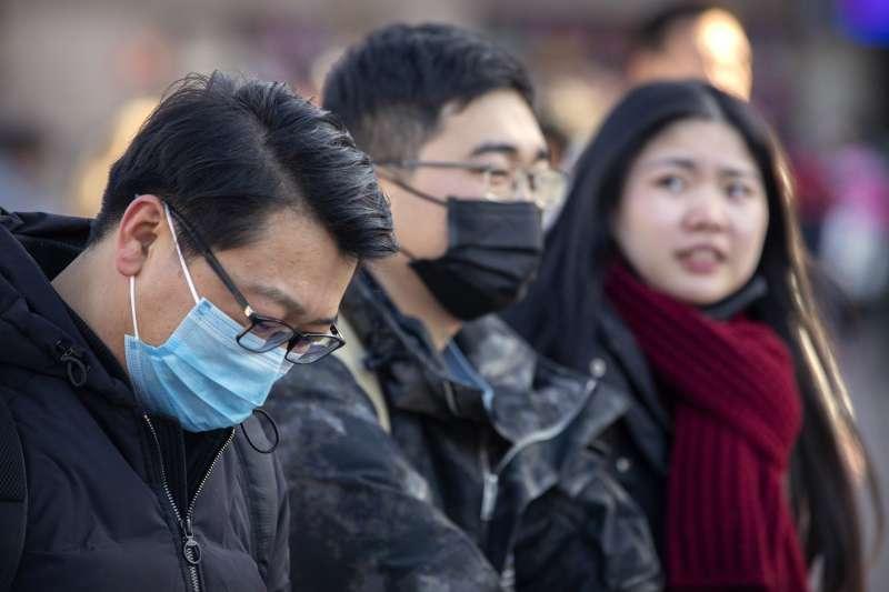 武漢肺炎。2020年1月20日,從北京火車站出站的旅客。(MARK SCHIEFELBEIN/AP)
