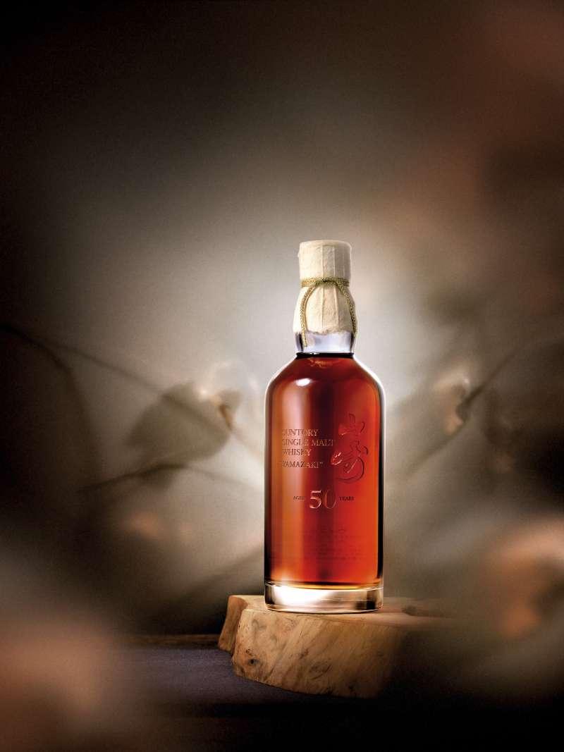 在2019年羅芙奧春季拍賣會上,這瓶第一版的山崎50年以新台幣1351萬元拍出,創下山崎50年的最高拍賣紀錄。(圖/羅芙奧提供)