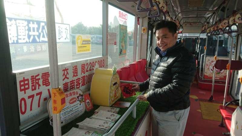 可利用車上「吉荔」、「旺來」祈福明信片寫下新年心願並投入旺來信箱,交通局將幫您寄出明信片傳遞好運。(圖/徐炳文攝)