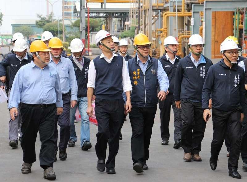 高雄市長韓國瑜率市府團隊,前往林園工業區和益化學公司,進行作業安全探視。(圖/徐炳文攝)