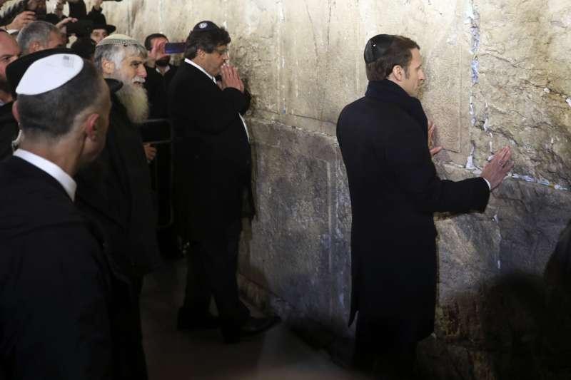 法國總統馬克宏赴耶路撒冷參加猶太大屠殺紀念活動,在「哭牆」前致敬。(AP)