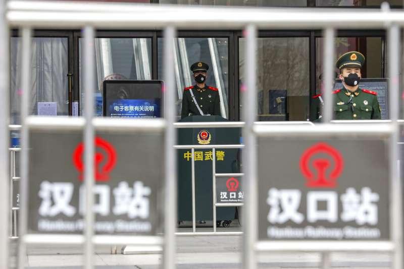 武漢肺炎疫情急遽升高,當地對外的公共交通均被管制封鎖。(美聯社)