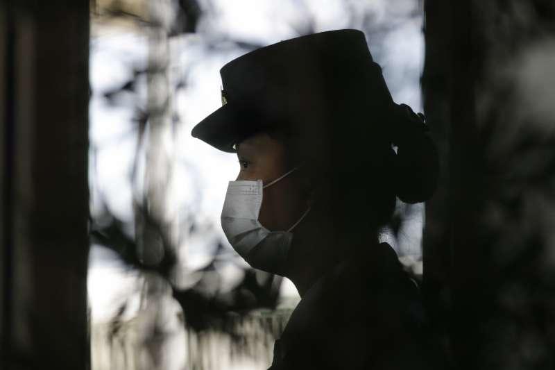 武漢肺炎疫情全球擴散,菲律賓機場海關人員戴口罩避免感染(AP)