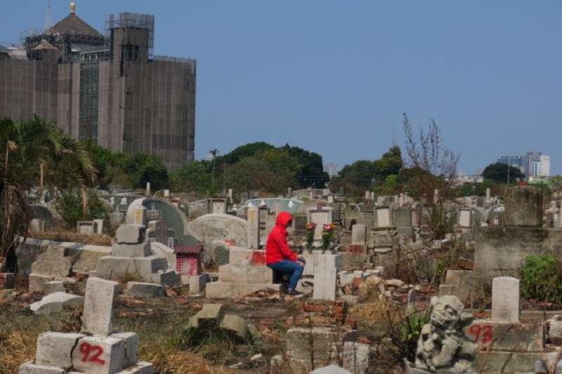 迫遷符中探墓厝的紅衣女士。(吳昭明提供)