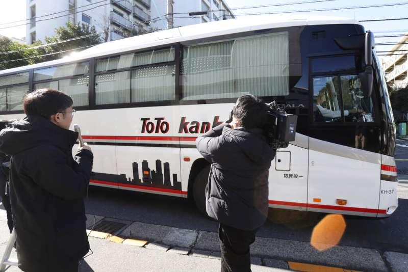 載運返國日僑前往接受武漢肺炎檢驗的巴士。(美聯社)