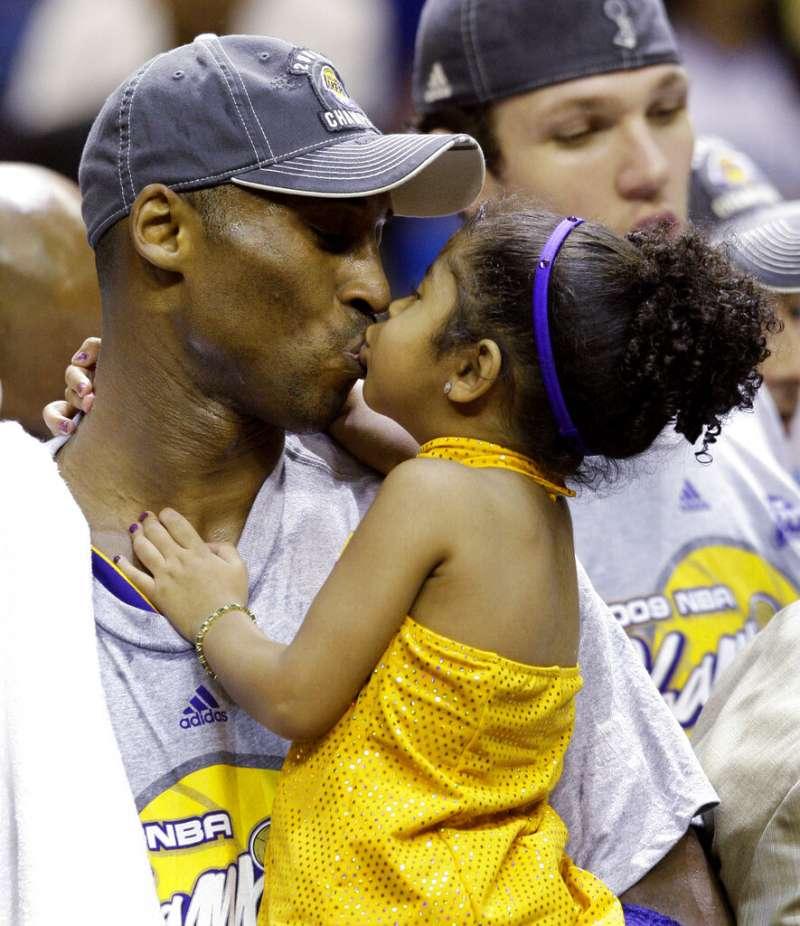 美國職籃(NBA)退役超級巨星「小飛俠」柯比.布萊恩與愛女吉安娜驟逝,讓全球無數球迷心碎神傷。(美聯社)