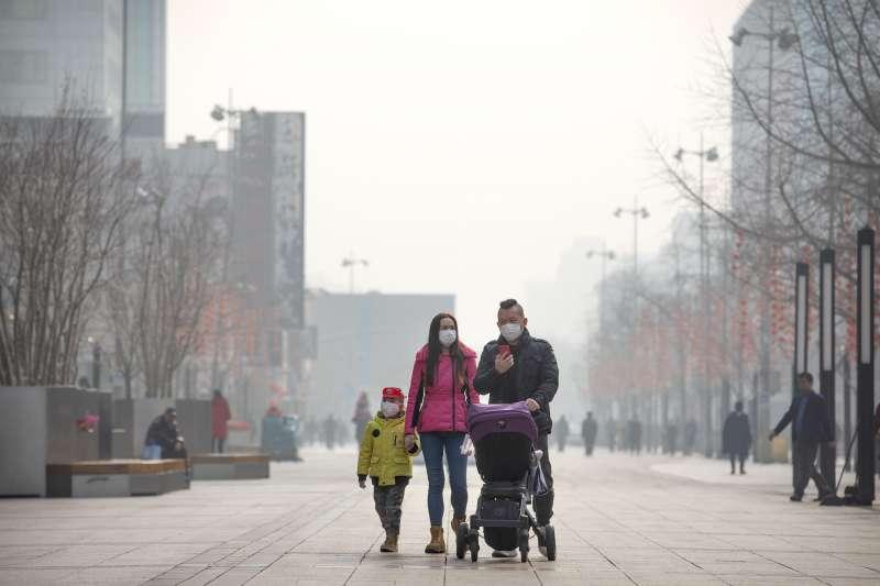 中國武漢肺炎疫情持續延燒,北京市民配戴口罩上街(AP)