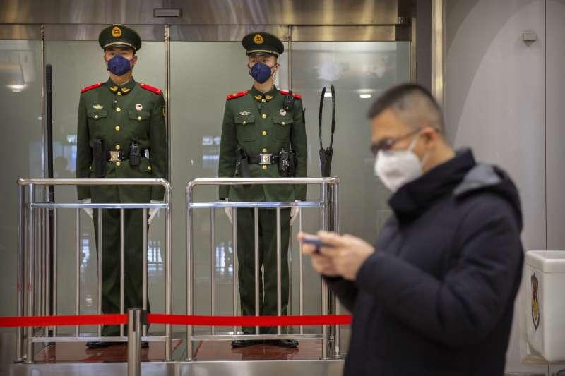中國武漢肺炎疫情持續延燒,北京機場的武警在執勤時配戴口罩(AP)