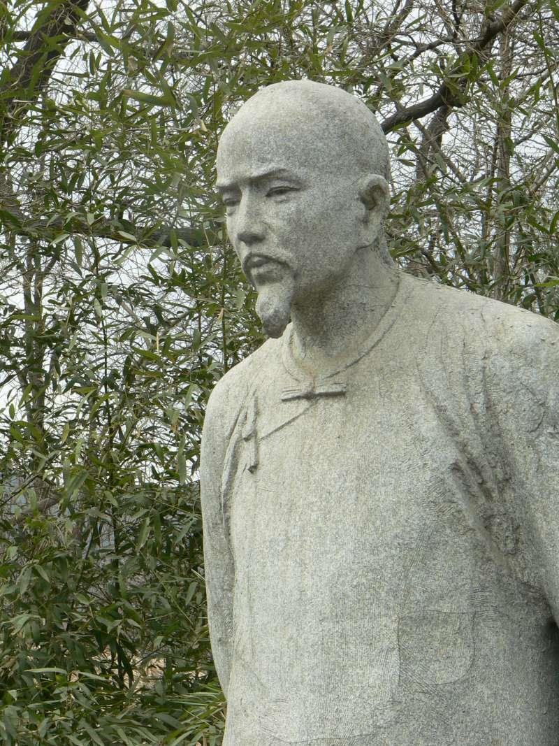 展示在北京植物園裡紅樓夢作者曹雪芹的塑像。(取自Yongxinge@取自維基百科)