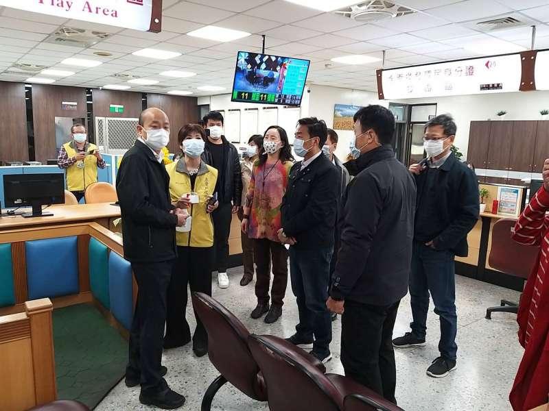 20200130-高雄市長韓國瑜30日上午視察左營區行政大樓內各局處派駐機關第一線工作同仁防疫現場。(高雄市政府提供)