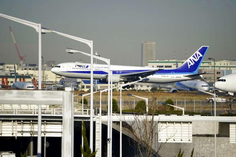 武漢肺炎疫情持續延燒,日本政府30日派出第二架撤僑專機,接走210位日本僑民。(美聯社)