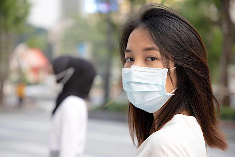 戴外科口罩才能有效隔絕呼吸道感染。(圖/Hello醫師)