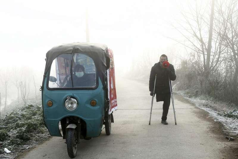 武漢肺炎疫情升高,湖北監利一處鄉村正在宣傳防疫。(美聯社)