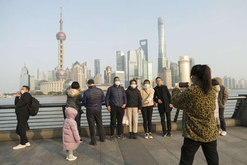 武漢肺炎疫情升高,上海的民眾也紛紛戴起口罩。(美聯社)