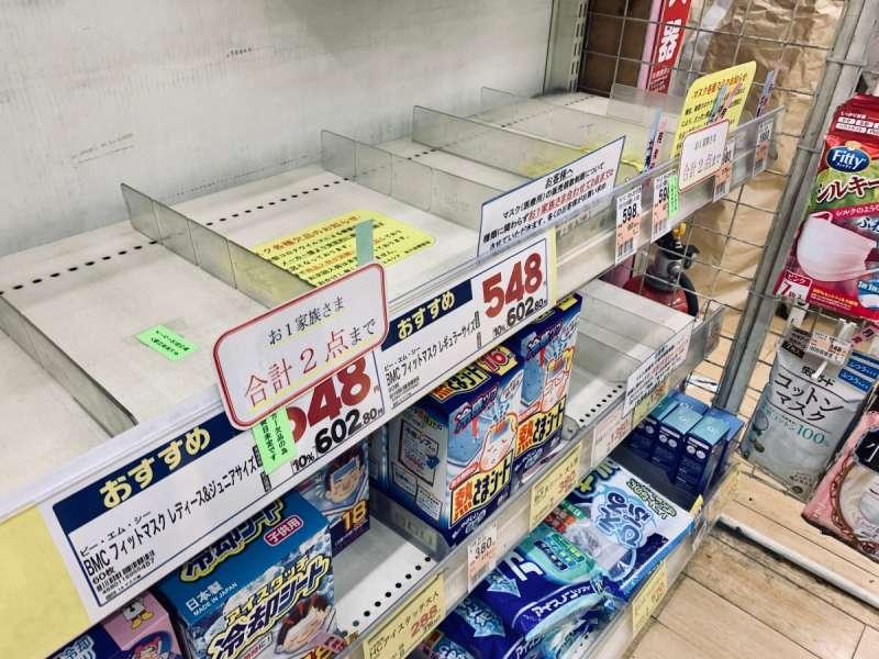 許多日本藥妝店都出現口罩的搶購熱潮。圖/想想論壇