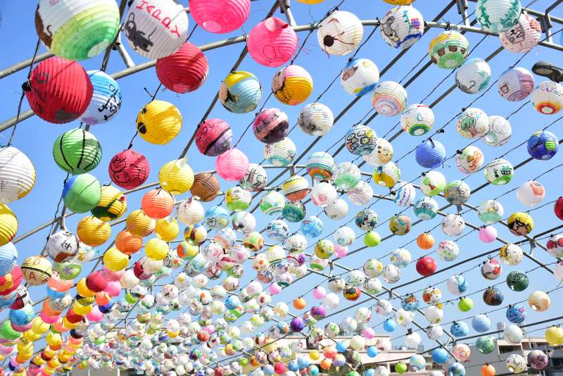 新埔鎮街道上超過3400顆國中小學生彩繪燈籠作品,相當壯觀搶眼。(圖/新竹縣政府提供)