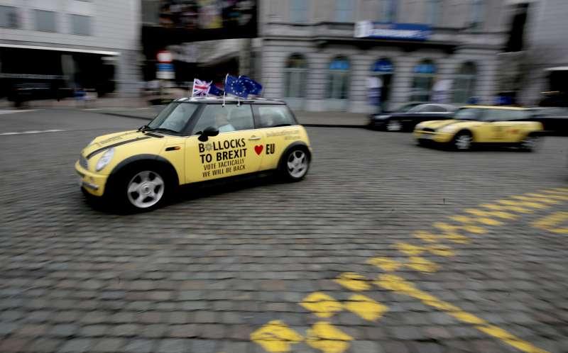 英國脫歐。英國脫歐恐影響各國旅客出行,圖為支持留歐的民眾駕車掛起歐盟與英國旗幟。(AP)