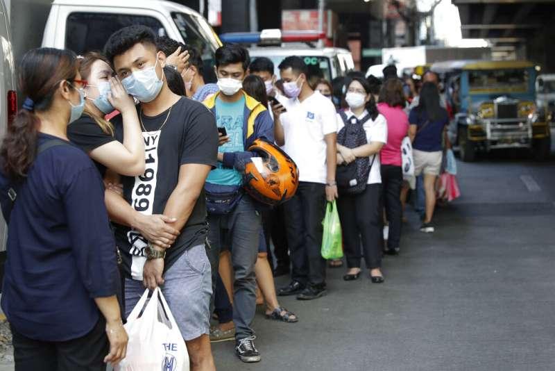武漢肺炎疫情延燒,菲律賓首都馬尼拉的民眾也忙著排隊購買口罩。(美聯社)