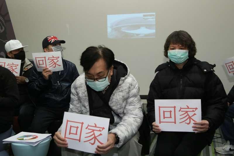 20200201-武漢封城受困家屬代表1日出席滯留湖北台灣三佰同胞要求回家及提供生活物資事由記者會,並與家人視訊。(簡必丞攝)