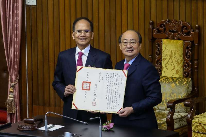 20200201-民進黨立委游錫堃(左)1日順利當選立法院長。(顏麟宇攝)