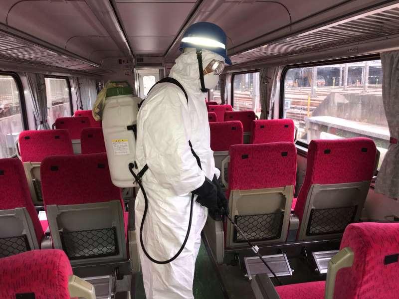 20200201-因應武漢肺炎疫情,台鐵局針對列車車廂消毒清潔。(台鐵局提供)