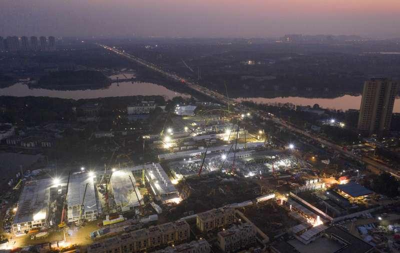 抗擊武漢肺炎疫情,中國在武漢建成一座1000張床位的「火神山醫院」(AP)