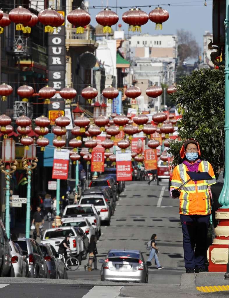 武漢肺炎疫情未歇,舊金山中國城的居民依舊戴著口罩。(美聯社)