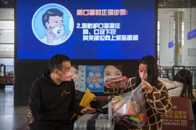 武漢肺炎疫情未歇,北京車站正在宣導防疫衛教。(美聯社)