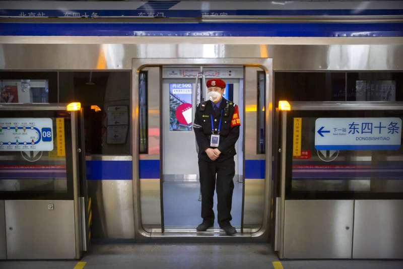 武漢肺炎肆虐,北京地鐵的保安人員也都戴著口罩。(美聯社)