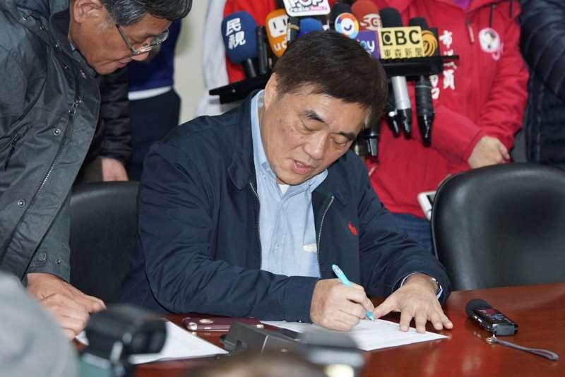 20200204-前台北市長郝龍斌4日前往國民黨登記參選黨主席。(盧逸峰攝)