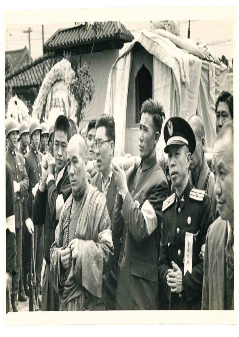 1957年甘珠佛爺主持了章嘉大師喪葬中的一切法儀,右後方者是作者父親海玉祥(海中雄提供)