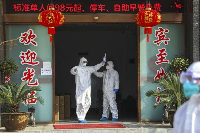 檢疫人員在武漢一間充作隔離病人用的旅館進行消毒。(美聯社)