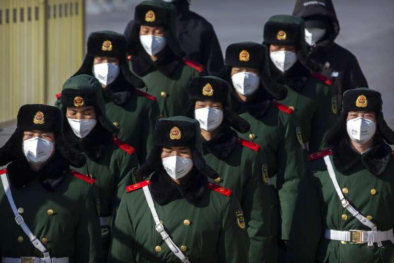 武漢肺炎疫情肆虐,守衛天安門廣場的武警們也戴起口罩。(美聯社)