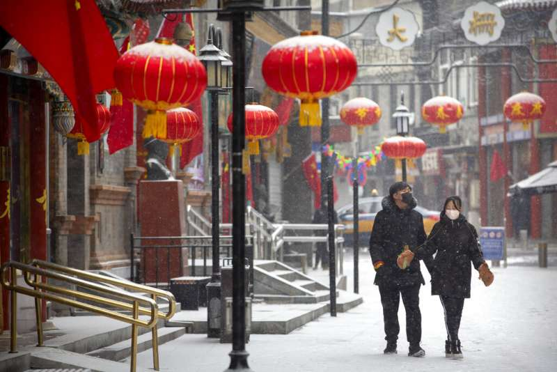 武漢肺炎肆虐,北京街頭的民眾大都戴起口罩。(美聯社)