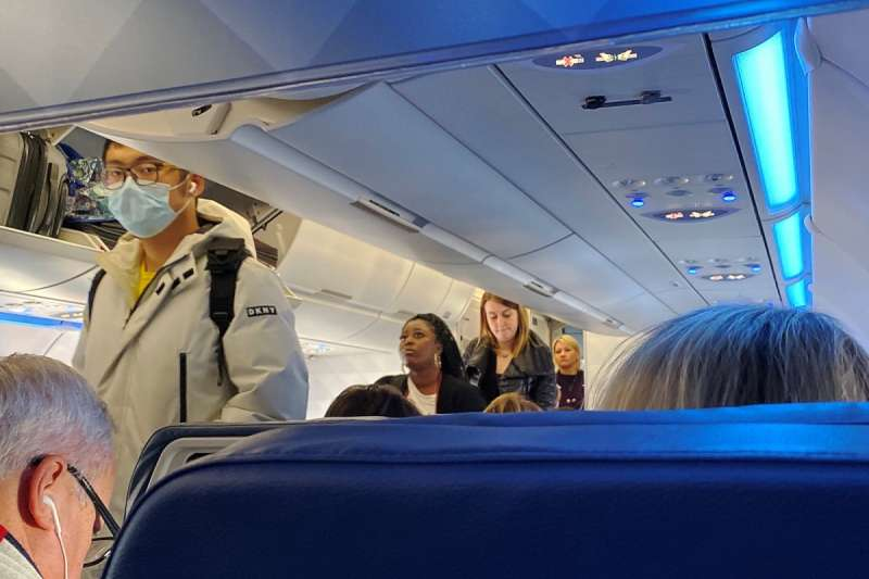 假如是單通道客機,靠近通道與中間座位的乘客,其緊密接觸次數均比靠窗乘客為高。圖/*CUP