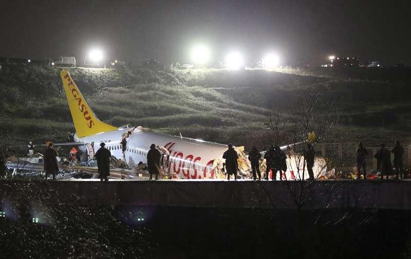 2月5日,土耳其飛馬航空客機因衝出跑道釀迫降意外,3人死亡、179人受傷。(AP)