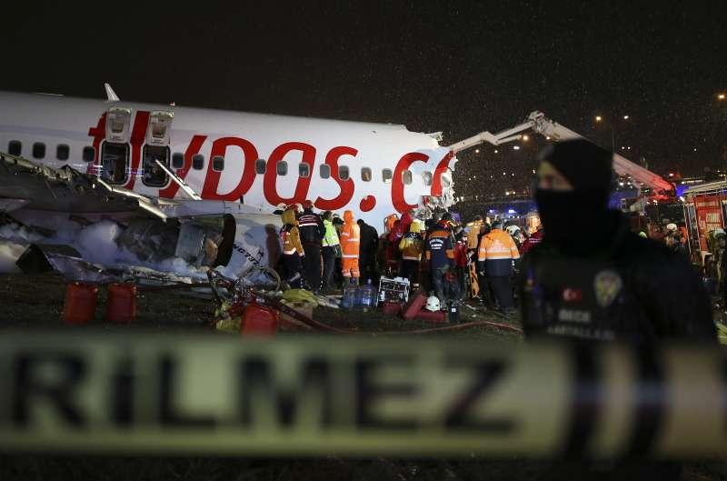 2月5日,土耳其飛馬航空客機因衝出跑道釀迫降意外,機身斷成三截,3人死亡、179人受傷。(AP)